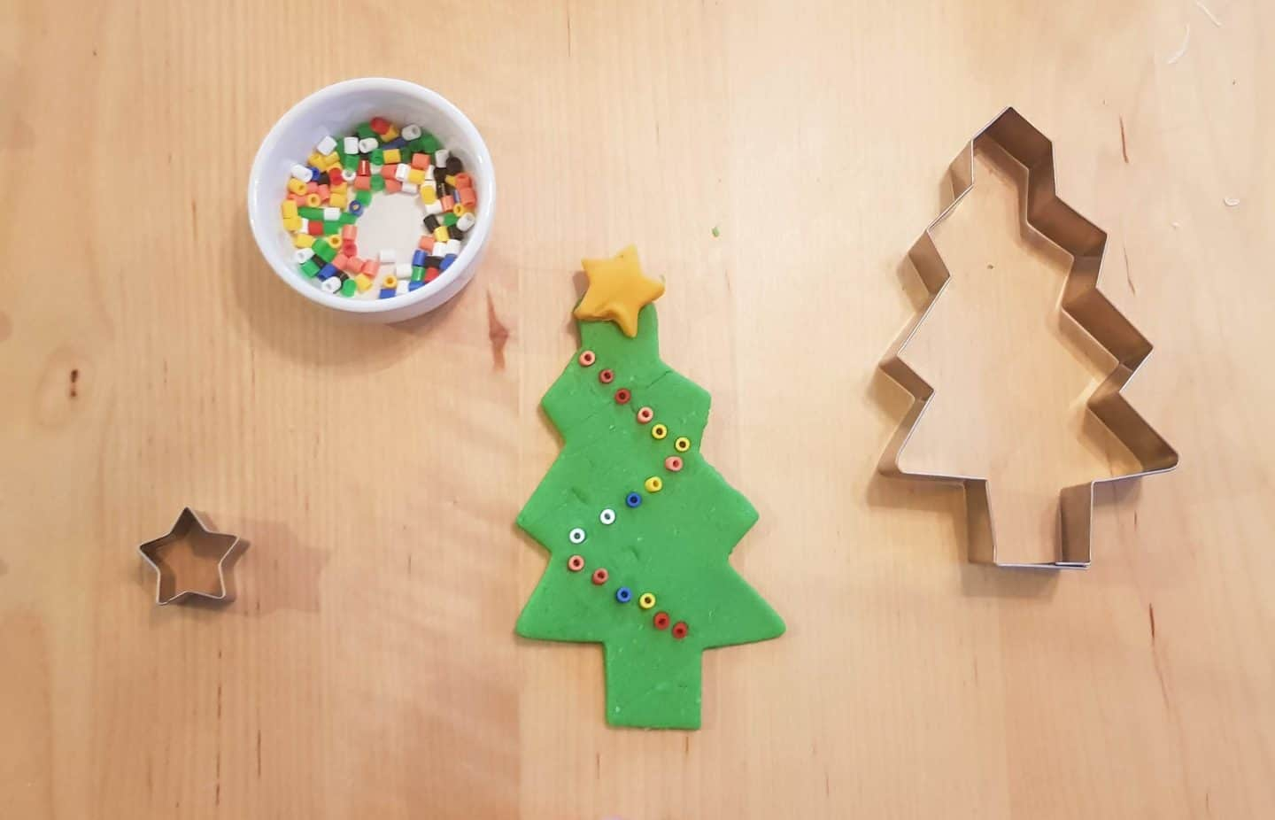 Christmas tree playdough activity for toddlers and preschoolers