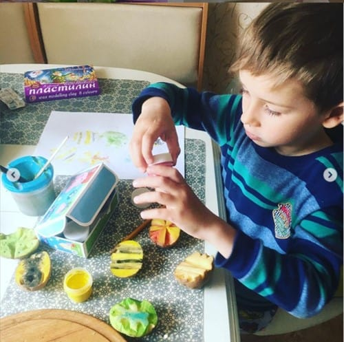 Potato stamped Easter egg artfrom @ksushka_foxy