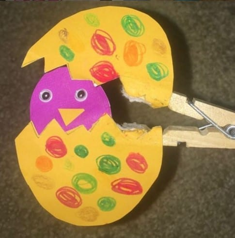 Clothespin hatching toddler Easter chick craft @playdaykiddos
