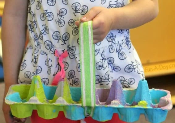 Eggbox toddler Easter craft from @fun.a.day